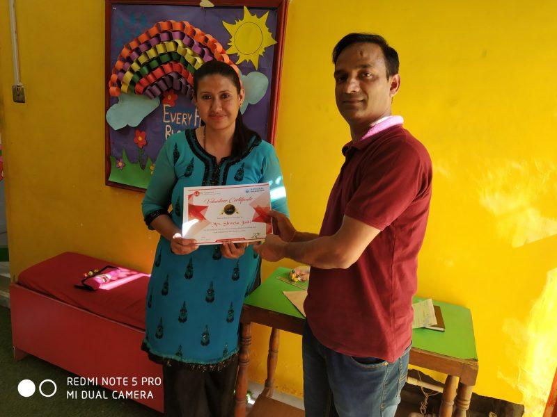 Ek Sankalp felicitating to volunteer